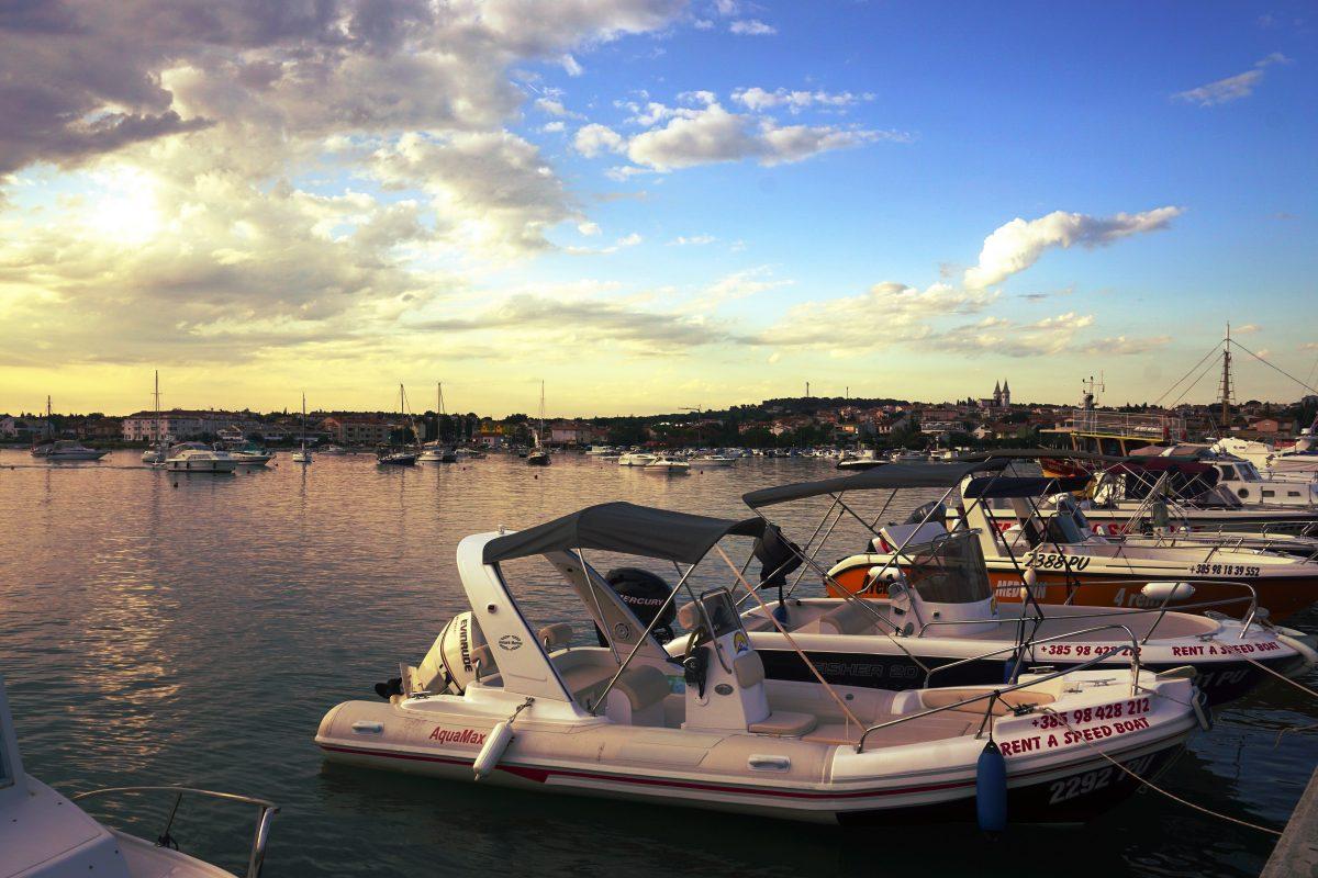 Foto del porto al tramonto, Medulin, Croazia.