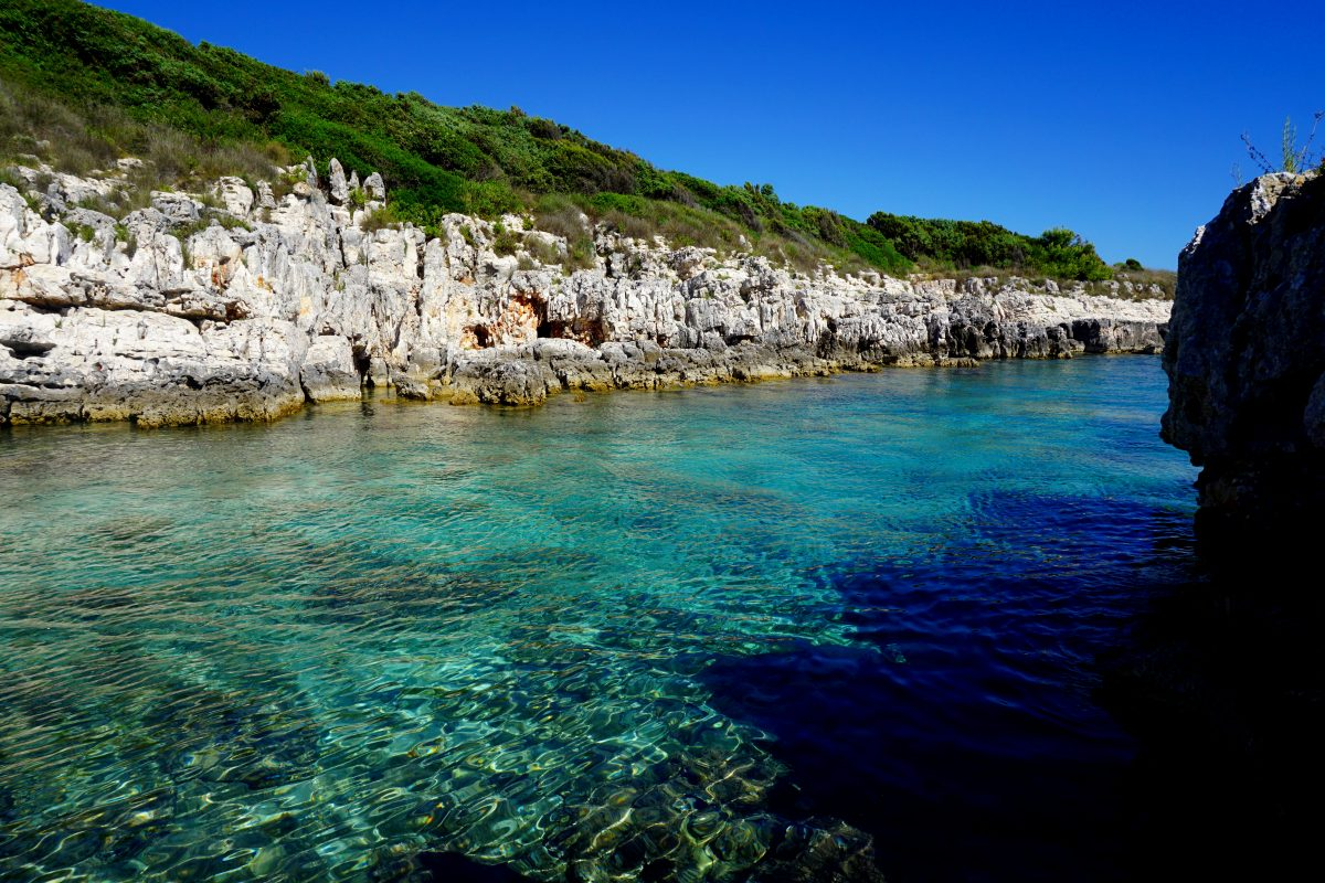 Foto del mare nella penisola di Premantura, Croazia.