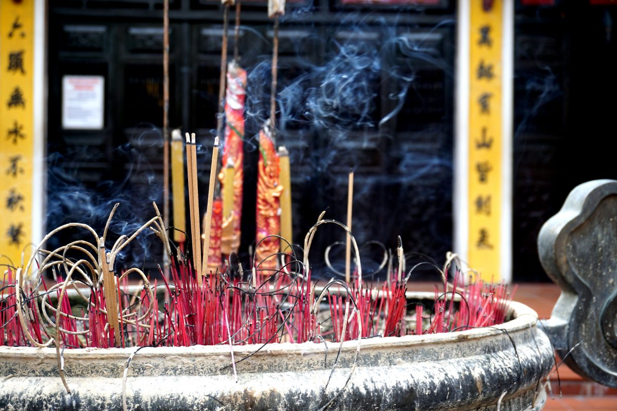 Foto di bastoncini d'incenso a Ho Chi Minh City, Vietnam.