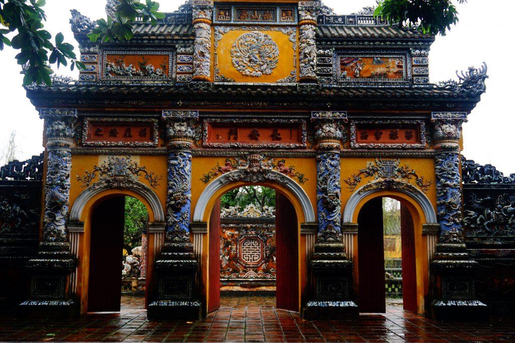 Foto di una porta decorata della cittadella di Hue, Vietnam.