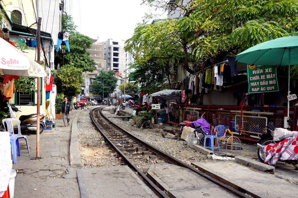 Foto del binario del treno nel centro di Hanoi.