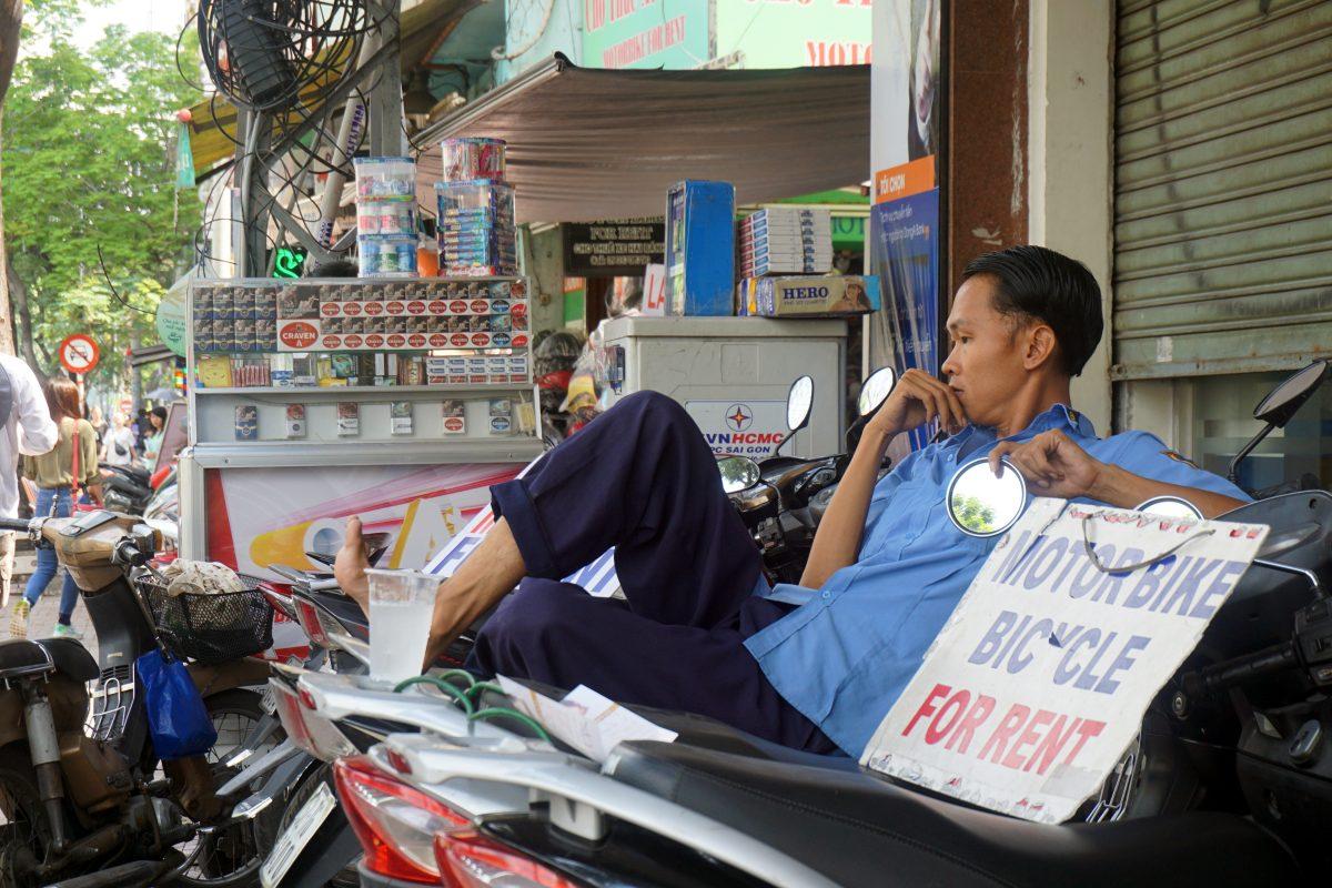 Foto di un vietnamita seduto su un motorino a Ho Chi Minh City, Vietnam.