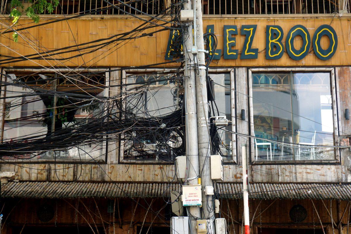 Foto di cavi attorcigliati a Ho Chi Minh City, Vietnam.
