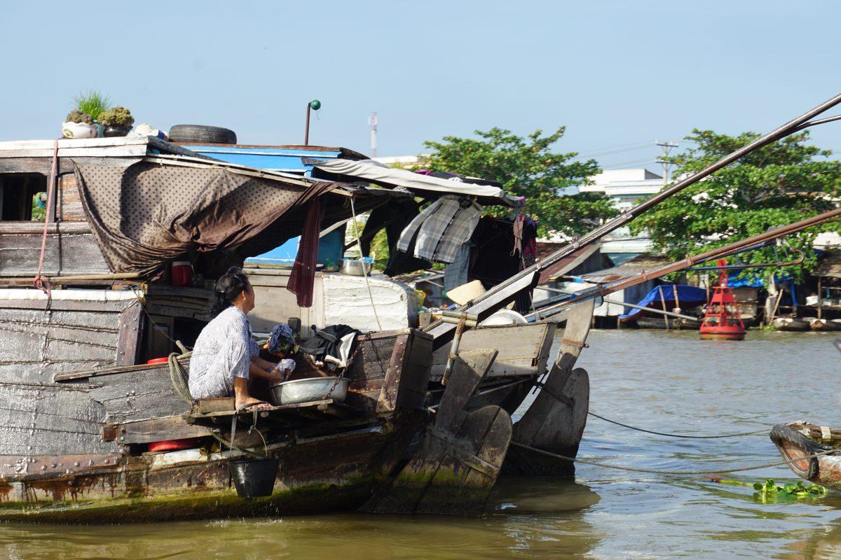 Foto di barche del mercato galleggiante nel Mekong Delta in Vietnam.