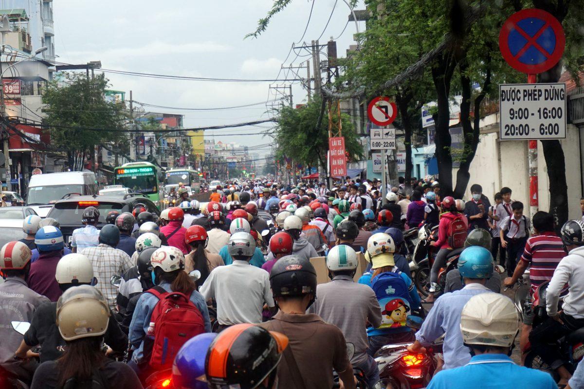 Foto del traffico in una strada di Ho Chi Minh City fotografato da un autobus pubblico.