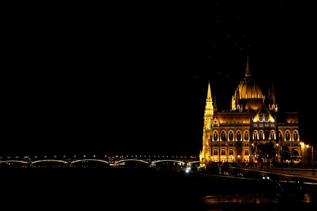 Foto del parlamento di Budapest illuminato di notte.
