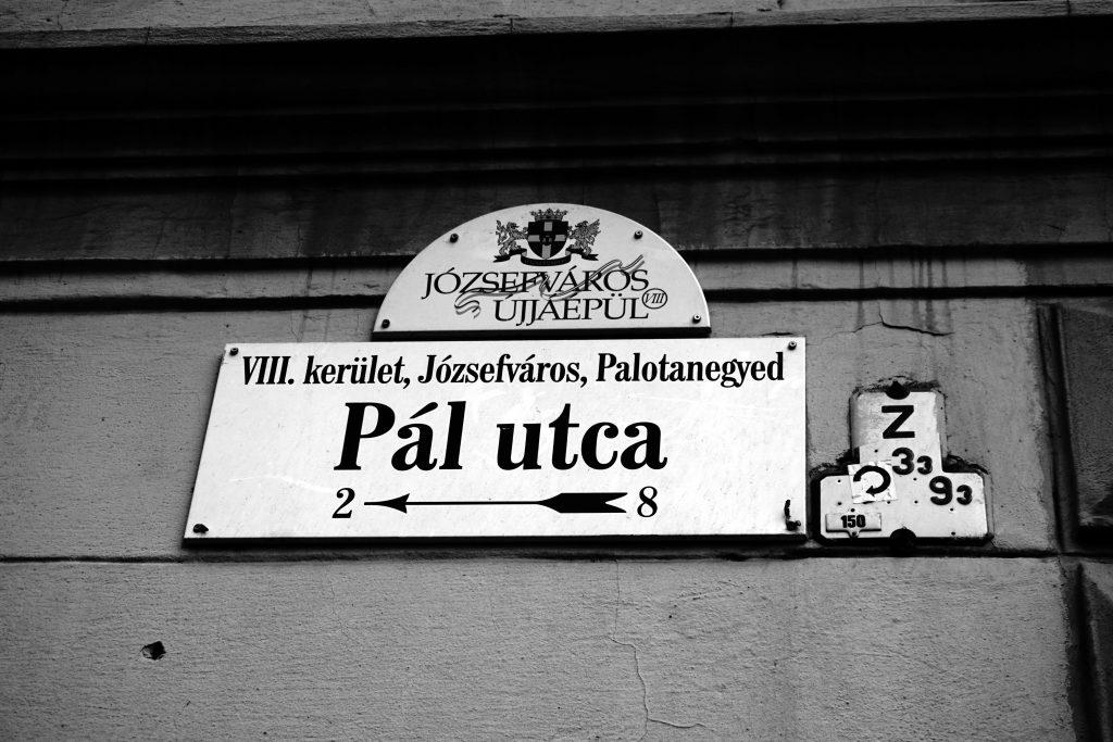 Foto del cartello che indica la Via Pal, a Budapest.