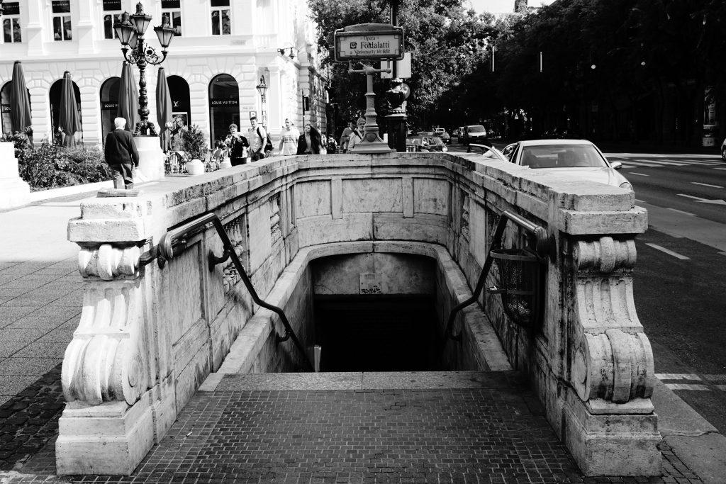 Foto in bianco e nero dell'ingresso della metropolitana di Budapest.