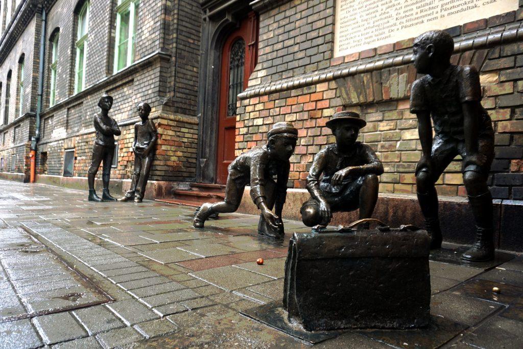 Foto del monumento dei ragazzi della Via Pal a Budapest.