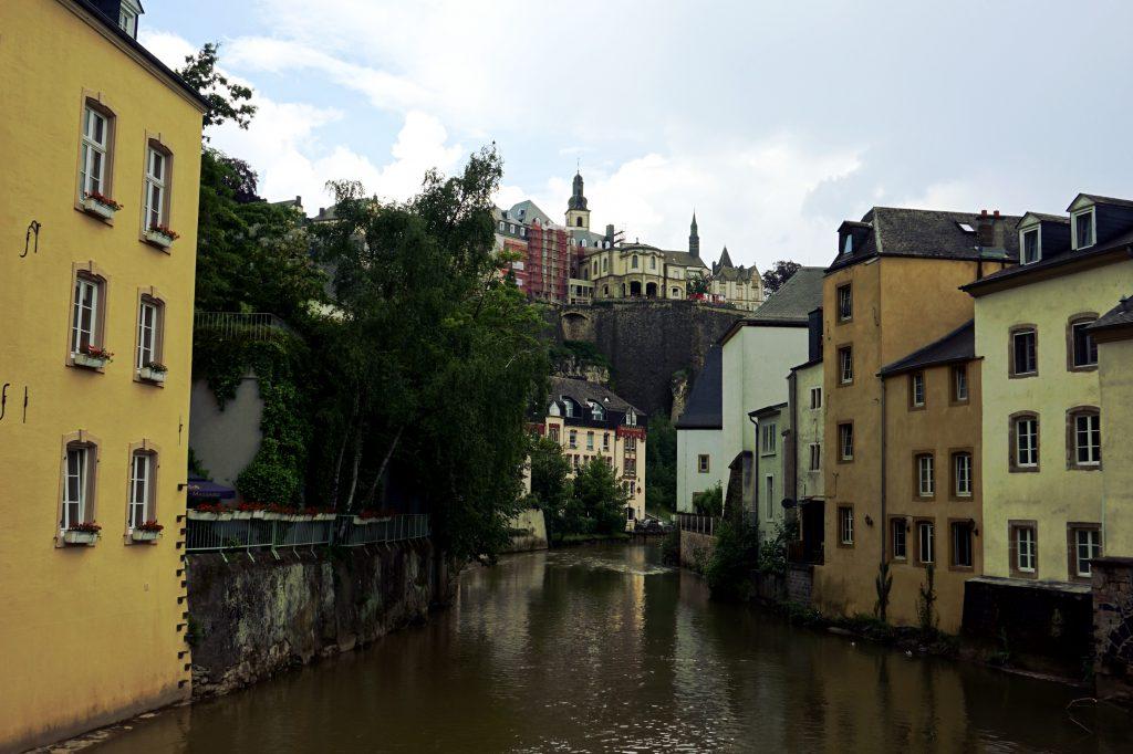 Foto del fiume Alzette a Lussemburgo.