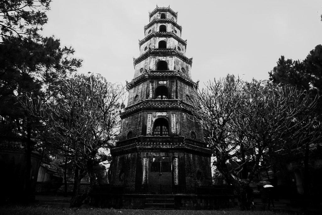 Foto in bianco e nero della pagoda Thien Mu, Hue.