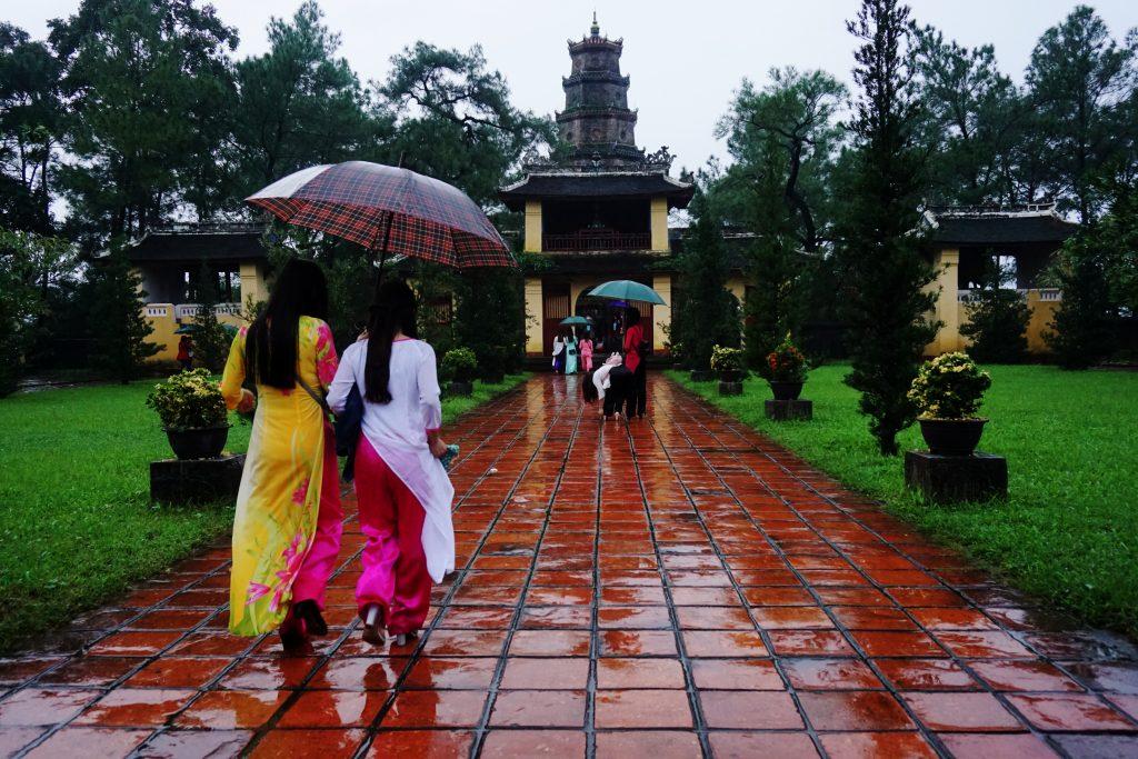 Foto di due donne vietnamite in abito tipico alla pagoda Thien Mu, Hue.