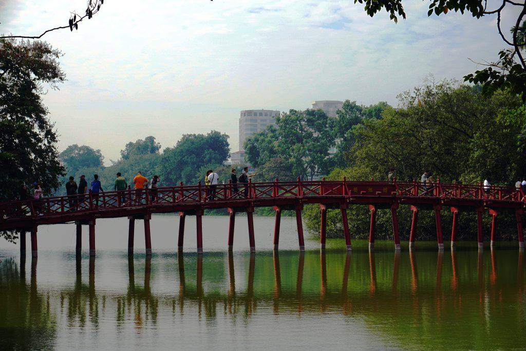Foto del Ponte Huc e il Lago Hoan-Kiem di Hanoi, Vietnam.