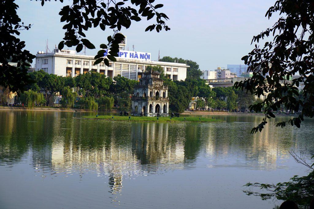 Foto della Turtle Tower e il Lago Hoan-Kiem ad Hanoi, Vietnam.