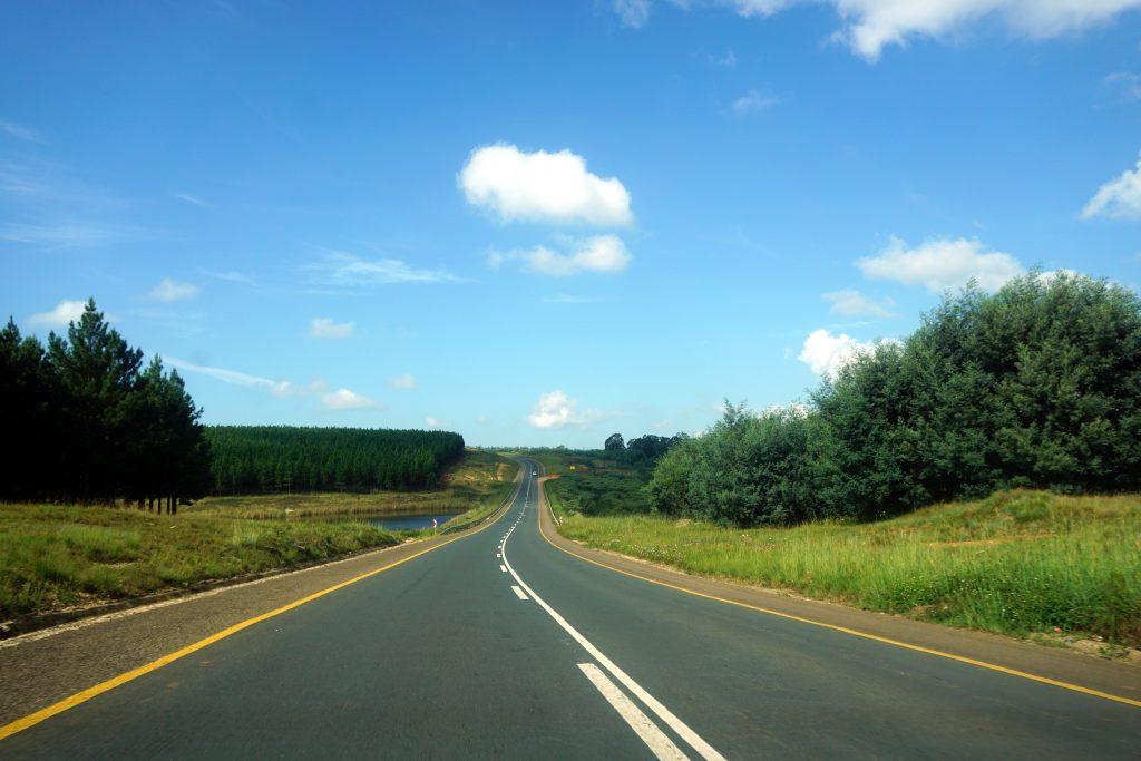 Foto di una strada scorrevole in Swaziland dove potete superare i 100 km/h.