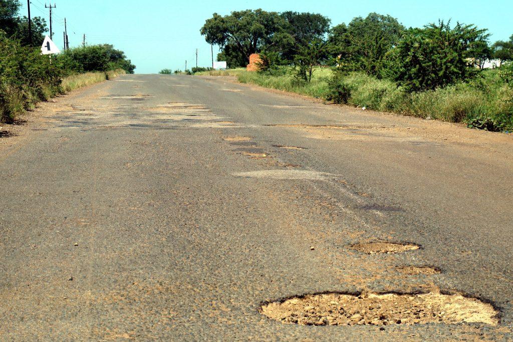 Foto delle buche della strada MR16 in Swaziland.