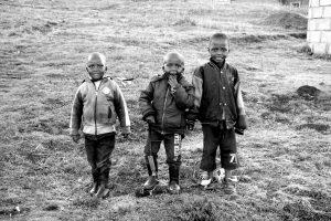 Foto di tre bambini in Lesotho.