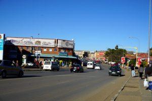 Foto di una strada in centro a Maseru, capitale del Lesotho.