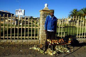 Foto di un venditore di pannocchie a Maseru, Lesotho