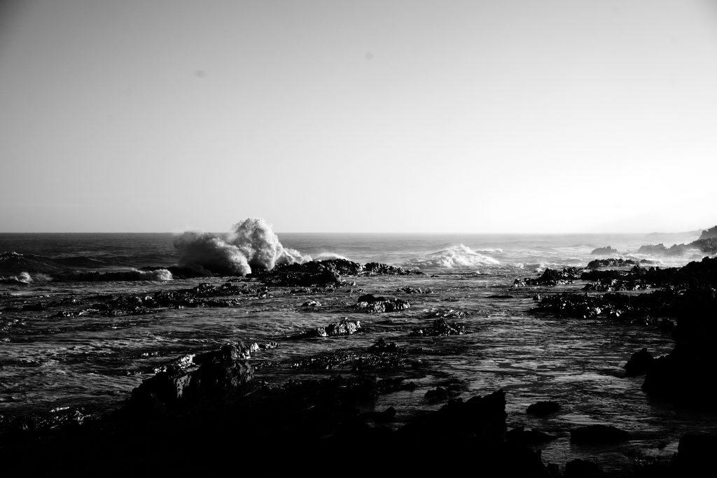 Foto in bianco e nero di onde nella Garden Route, Sudafrica.