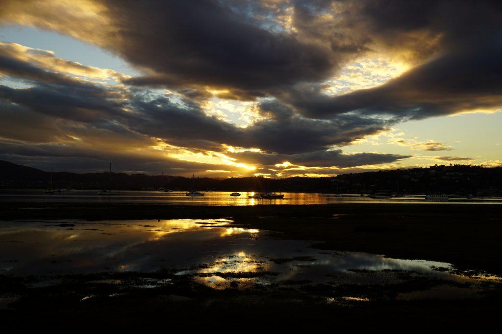 Foto del tramonto sulla laguna di Knysna, Sudafrica.