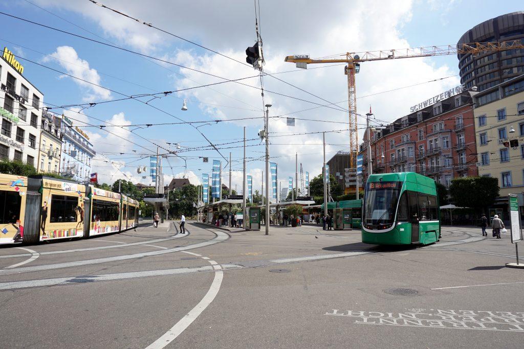 Foto di un tram di fronte alla stazione Basel SBB.