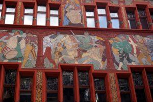 Foto dei particolarissimi dipinti del municipio rosso di Basilea.