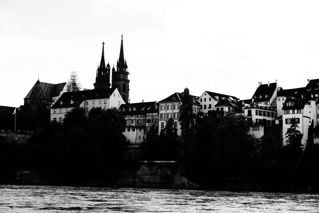 Foto del Reno e della cattedrale di Basilea sullo sfondo.