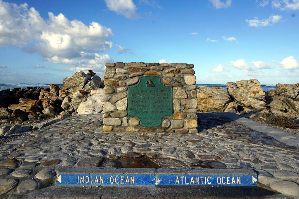 """Foto del """"monumento"""" sul punto più a sud del continente africano a Cape Agulhas."""