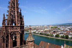 Foto panoramica scattata dalla cattedrale di Basilea in una giornata estiva.