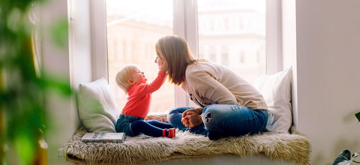 Foto di una ragazza con un bambino.