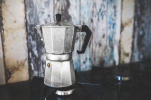 Foto di una moka per il caffè. Il caffè all'estero davvero non è buono?