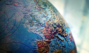 Foto di un mappamondo. Dove si potrebbe andare a vivere all'estero?