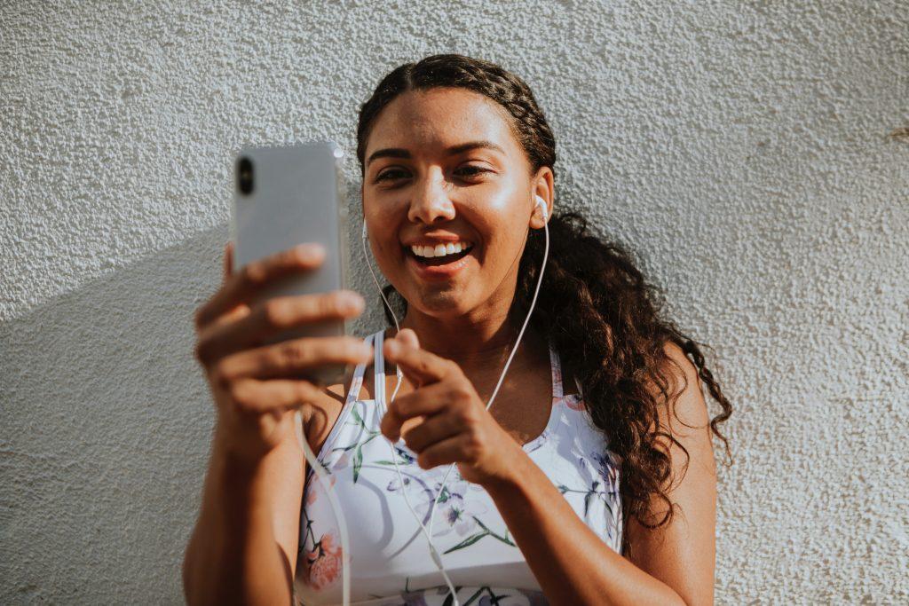 Foto di una ragazza al telefono.
