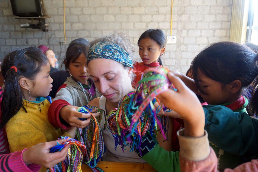 Fotografia di bambine che vendono braccialetti a Sapa, Vietnam.
