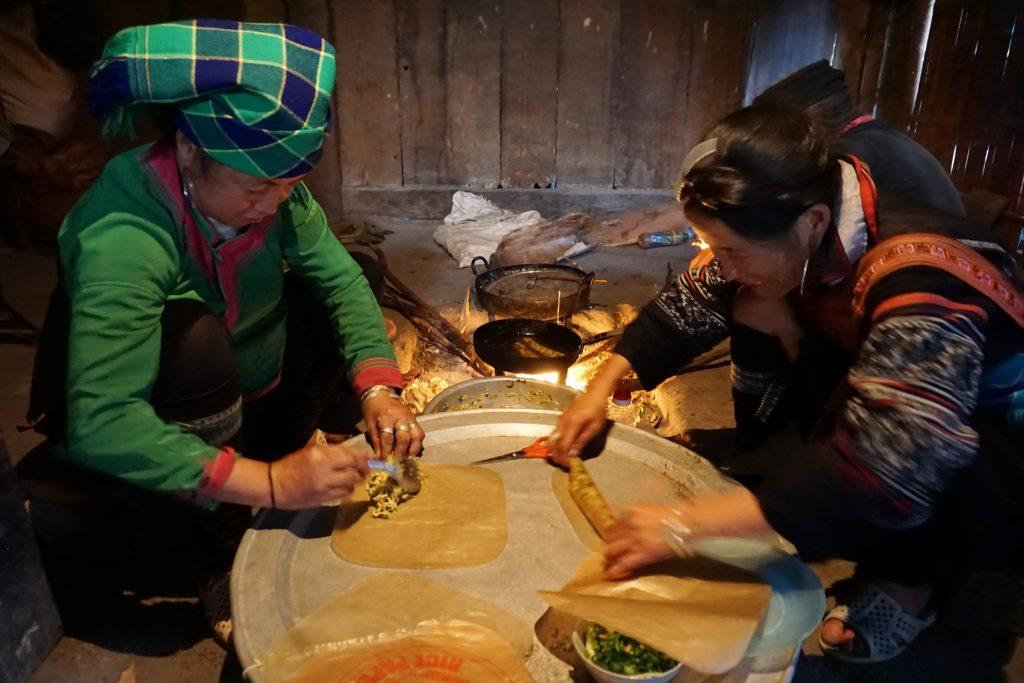 Fotografia della nostra famiglia ospitante che prepara la cena dopo il trekking a Sapa.