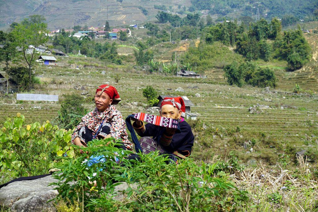 Fotografia di due donne degli hmong rossi a Sapa, Vietnam.