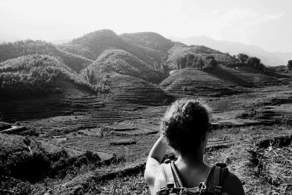 Foto in bianco e nero delle risaie terrazzate a Sapa, Vietnam.