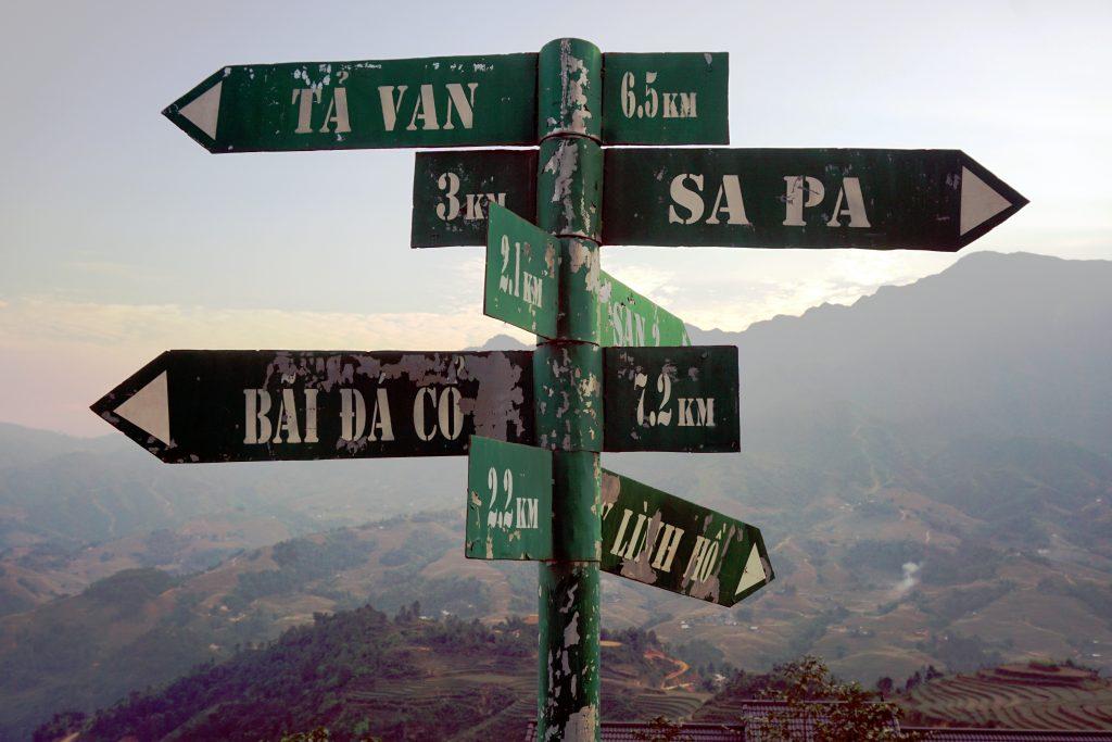 Foto di cartelli di indicazioni durante la camminata a Sapa, Vietnam.