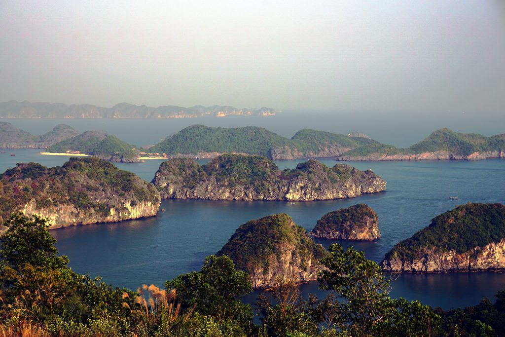 Foto del panorama dalla piattaforma panoramica di Cannon Fort a Cat Ba, Vietnam.