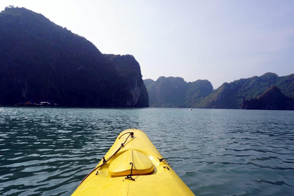 Foto di un kayak nella Baia di Ha Long.
