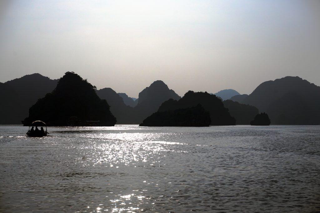 Foto del tramonto sul mare di Ha Long Bay, Vietnam.