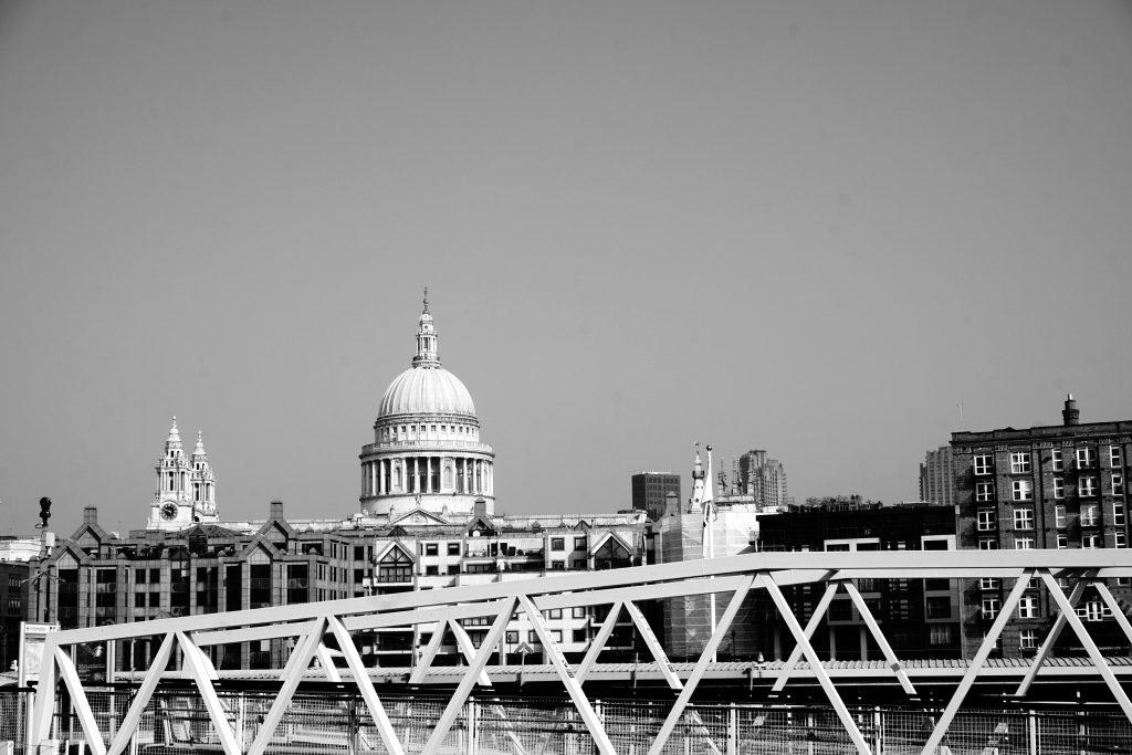 Foto in bianco e nero della Saint Paul's Cathedral, Londra.