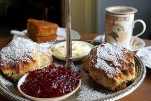 Foto di scones londinesi serviti con del tè.