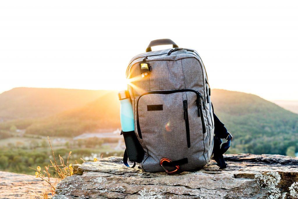 Foto di uno zaino pratico da viaggio, ideale per restare sotto i 10 kg di bagaglio.
