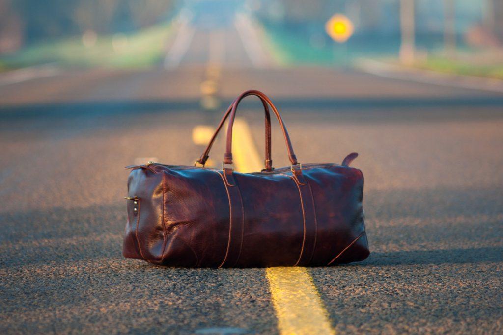 Foto di un borsone su una strada.