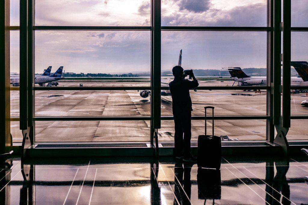 Foto di un viaggiatore in aeroporto.