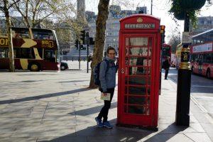 Foto di una cabina telefonica a Londra in primavera.