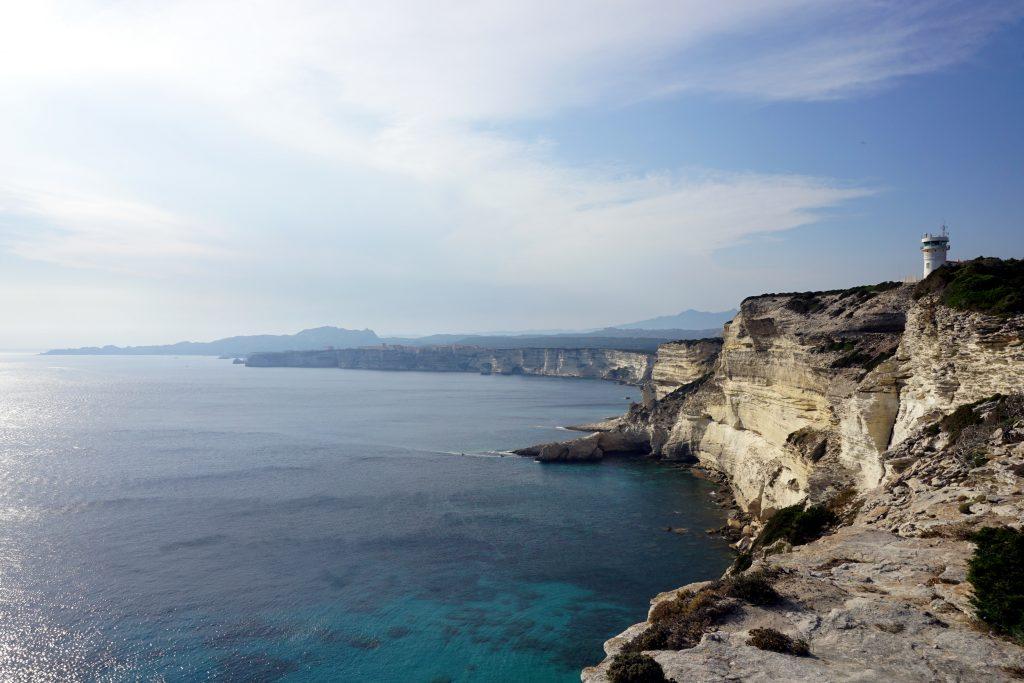 Fotografia panoramica delle falesie bianche di Bonifacio.