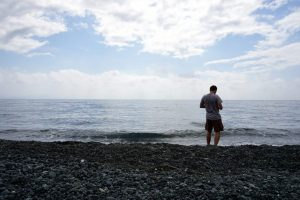 Fotografia di una spiaggia nera a Capo Corso, Corsica.